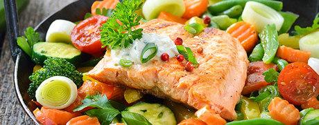 Gemüse und Lachs aus dem Ofen