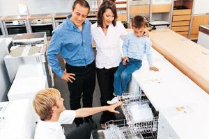 Familie lässt sich zur richtigen Spülmaschine beraten