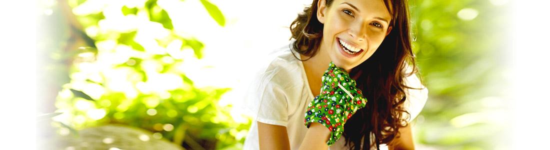 Frau freut sich über grünen Garten