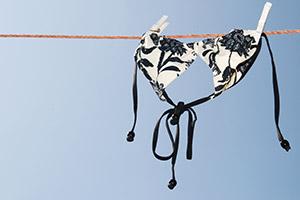 Bikini trocknet an der Wäscheleine
