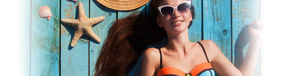 Sonnenbadende Frau im Bikini