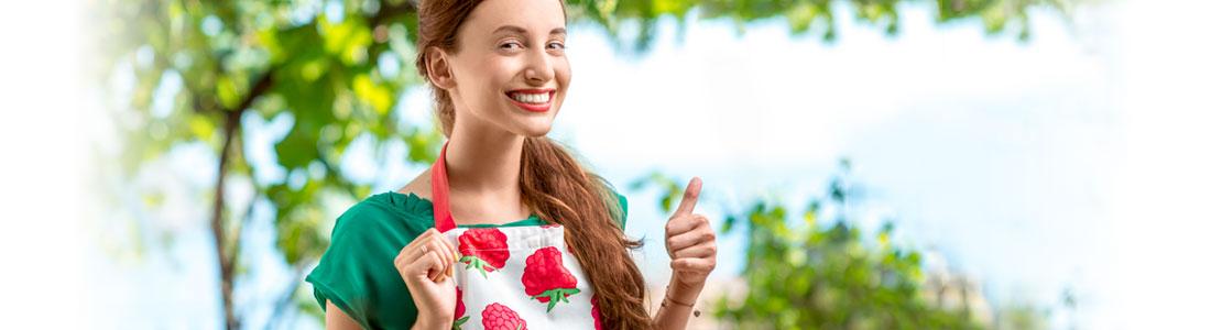 Frau mit Beerenschürze im Garten