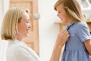 Mutter und Tochter freuen sich über Kleid zum Schulstart