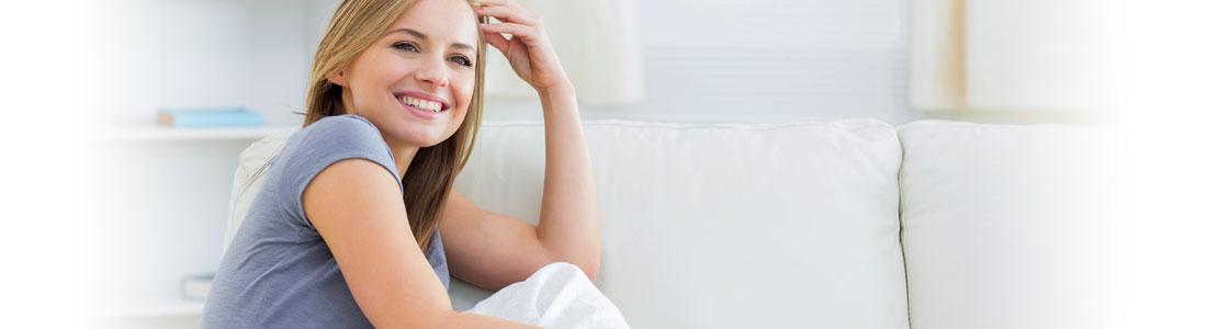 Frau freut sich über mehr Freizeit dank Life Hacks
