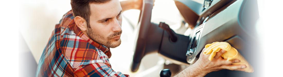 Mann putzt Auto