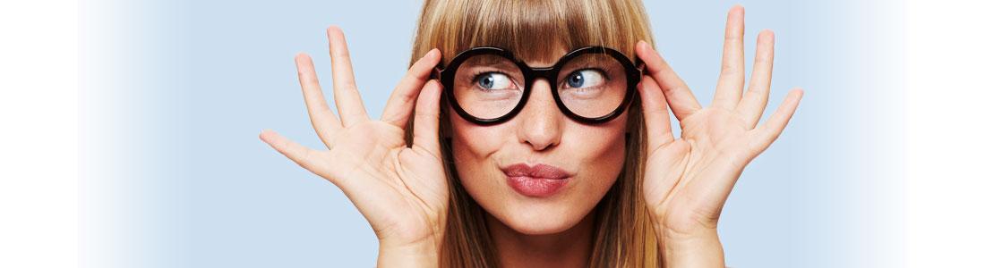 Frau mit Nerd-Brille zieht Grimasse