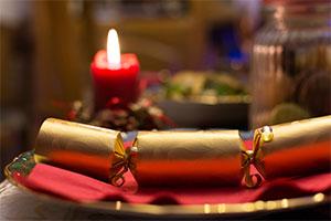 Sebstgebastelter Christmas Cracker auf Festtagstisch