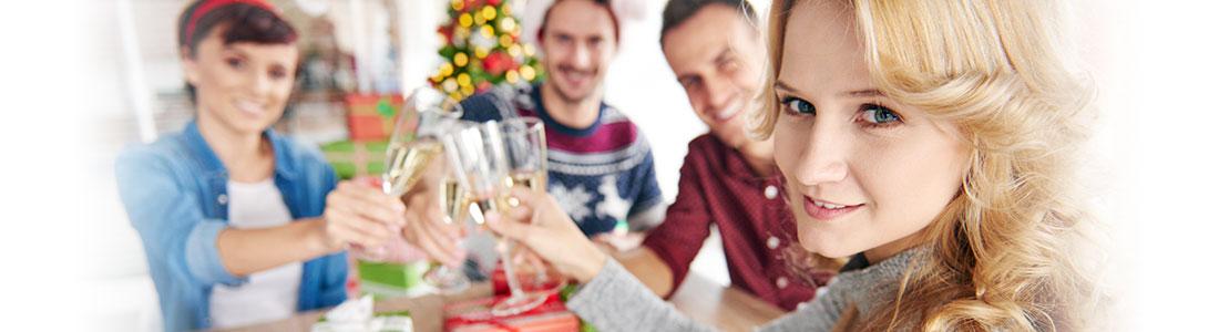Entspannte Gastgeberin mit Ihren Gästen zu Weihnachten