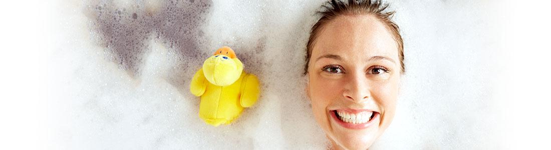 Frau entspannt in der Badewanne dank Life Hacks für WC & Badezimmer