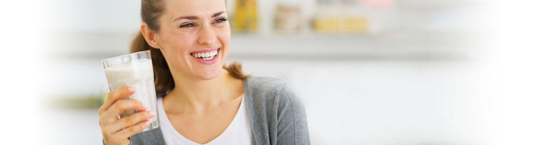 Frau freut sich über frischen Smoothie