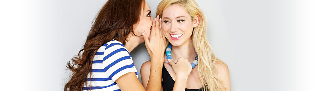 Freundinnen flüstern sich Haushaltsgeheimnisse ins Ohr