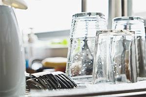 Gläser auf einem sauberen Geschirrtuch trocknen