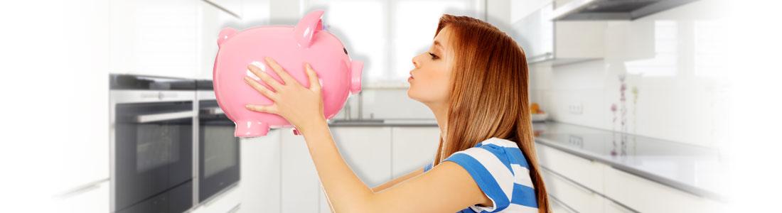 Clever sparen im Haushalt: Frau küsst Sparschwein
