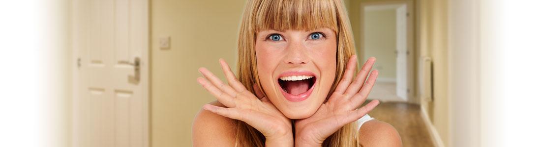 Frau freut sich über selbstgemachte Flurmöbel