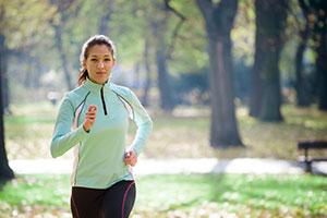 Frau joggt gegen Frühjahrsmüdigkeit