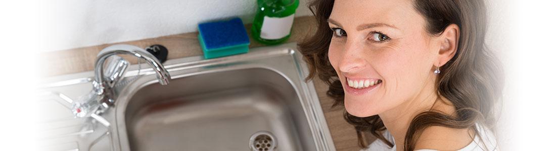 Frau freut sich über sauberen Abfluss