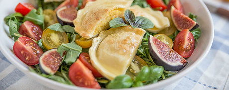 Tomaten-Rucola-Salat mit Feigen und Ravioli