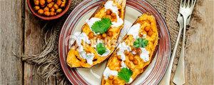 Patates douces au four, pois chiches et sauce au yogourt et à la menthe
