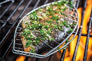 Fisch in einem Grillgitter