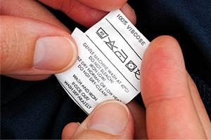 Pflegehinweisschild in einem Kleidungsstück