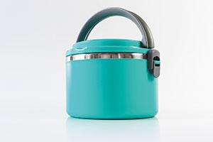 Eine blaue Lunchbox mit rundem Tragegriff