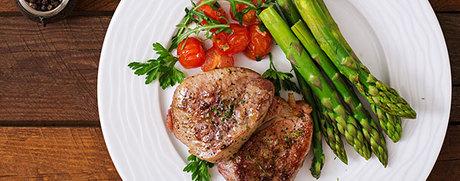 Filet Mignon avec asperges vertes, tomates cerise