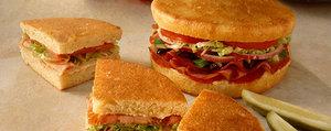 Sandwich léger pauvre en glucides avec pain nuage