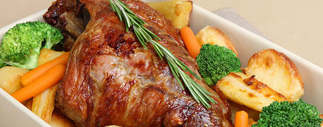 Gigot d'agneau avec légumes rôtis au four
