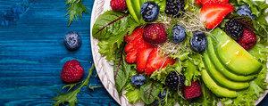 Gemischter Salat mit Beeren und Avocado