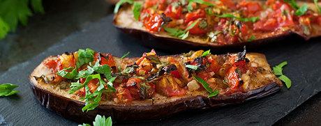 Gebackene Aubergine mit Tomaten und Peperoni