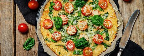 Pizza pauvre en glucides avec épinards et tomates