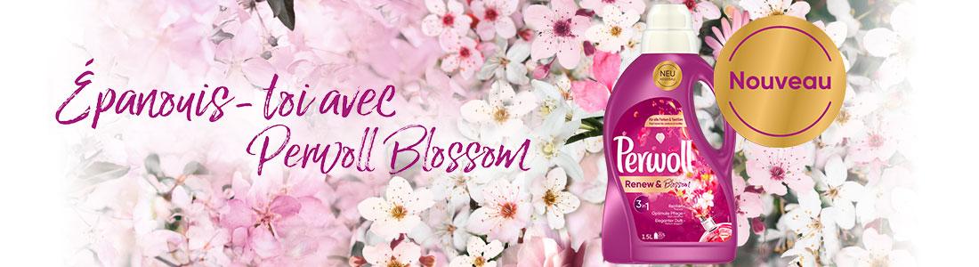 Une bouteille de Perwoll Renew & Blossom devant un fond de fleurs
