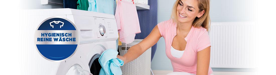Frau mit Waschmaschine