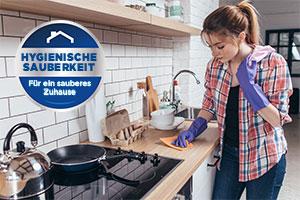 Frau putzt Küche