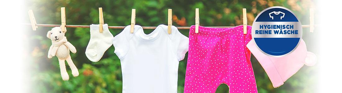 Wäscheleine mit Kinderkleidung