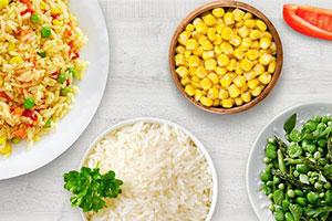 Lebensmittel auf Tellern