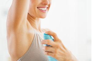 Femme avec un déodorant