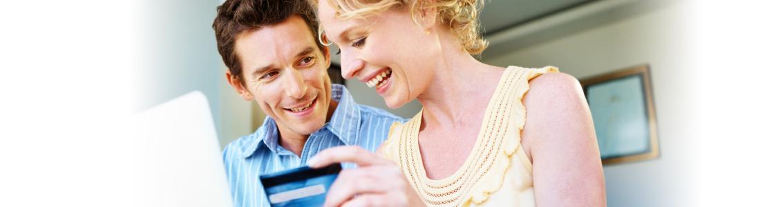 Ein Mann und eine Frau beim Online Shopping