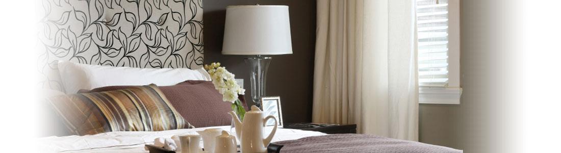 Ein gemachtes Bett mit einem Tablett mit Kaffee