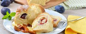Brioches garnies de prunes ou de pruneaux